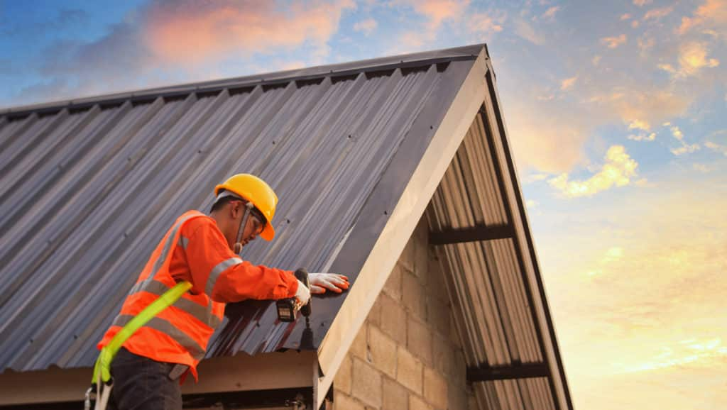 Specialist-Who-Is-Working-On-The-Roof